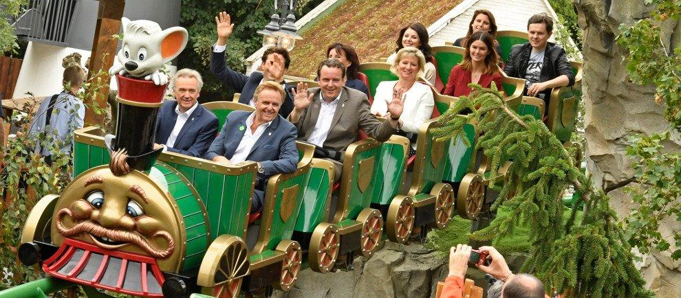 """Ba-a-a Express: Familie Mack und Michael Patrick Kelly auf der neuen Kinderachterbahn """"Ba-a-a Express"""" (c) Europa Park"""