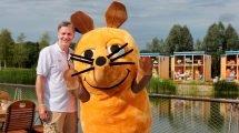 Jörg Pilawa mit der Maus im Feriendorf (c) Ravensburger Spieleland