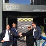 Amanda Thompson (CEO Blackpool Pleasure Beach) mit Roland und Michael Mack bei der Vertragsunterzeichnung