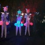 Illuminierte Stelzenläufer auf den Straßen (c) Twitter User @Alon_Rheinruhr