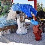 "Überall in ""Ninjago World"", findet man liebevoll gestaltete Lego Skulpturen (c) ThemePark Central/Marcel Felke"
