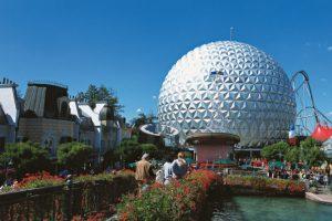 """Französischer Themenbereich mit der markanten """"Eurosat"""" Kuppel (c) Europa-Park"""