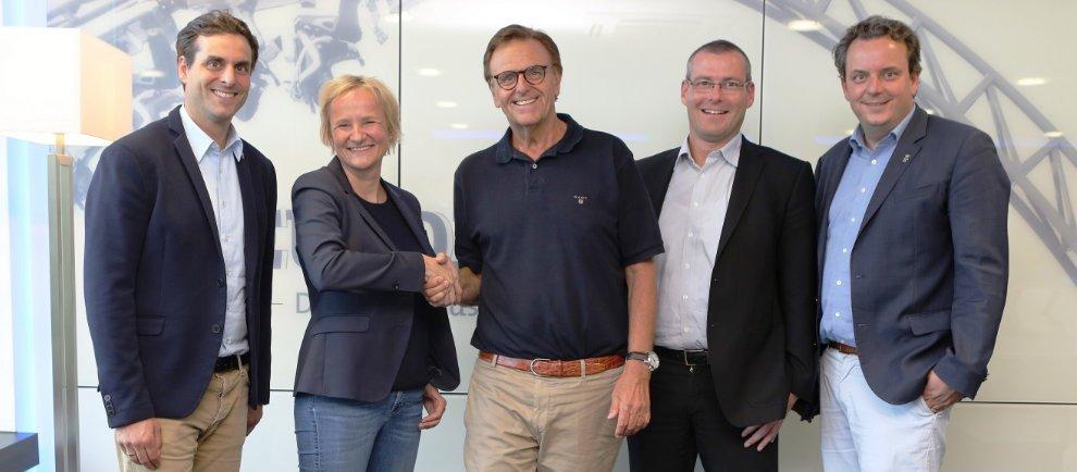Die Familie Mack und die Geschäftsführer der Rendler Bau GmbH Silvie Rendler und Markus Huber (2.v.re.) freuen sich auf gute Zusammenarbeit. (c) Europa-Park