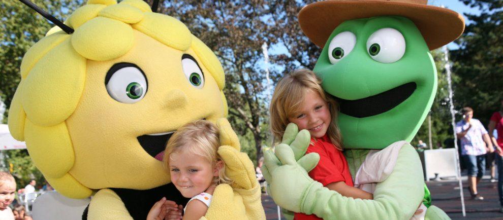 Biene Maja und Flip begrüßen die Besucher im Holiday Park (c) Holiday Park