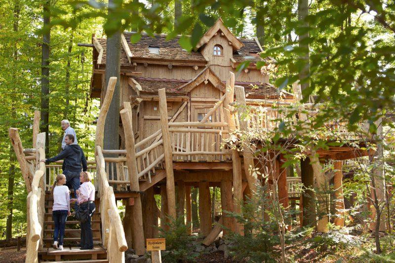Übernachten im Baumhaus (c) Erlebnispark Tripsdrill
