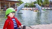 Auf dem Paddelsee können die jungen Besucher, mit kleinen Booten über das Wasser fahren (c) Playmobil FunPark