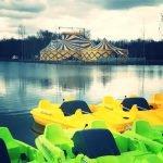Die Boote sind bereits im See und blicken auf das neue Zelt © Papea Parc