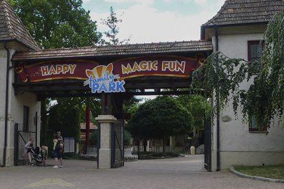 (c) Familypark
