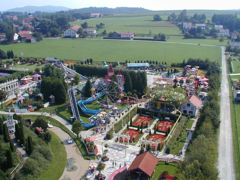 Ein Blick auf die Wildwasserbahn (c) Churpfalzpark