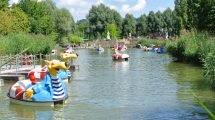"""""""Käpt'n Blaubärs Spaßboote"""" laden zu einer beschaulichen Fahrt im Ravensburger Spieleland ein (c) ThemePark-Central / Christopher Hippe"""