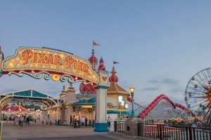 "Eingang zum ""Pixar Pier"" in Disney California Adventure (c) Disney"