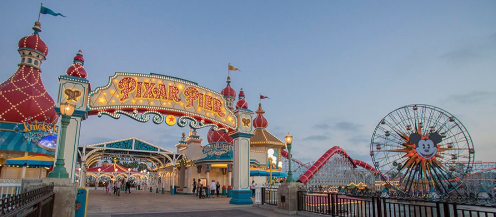 "Eingang zum ""Pixar Pier"" in Disney California Adventure (c) Disney"