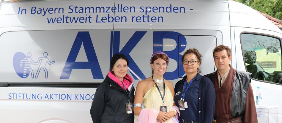 Am Infostand der AKB (Aktion Knochenmarkspende Bayern) hofft man wie im letzten Jahr auf zahlreiche potentielle Stammzellspender, die sich direkt vor Ort typisieren lassen. © Bayern Park