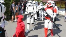 Die große Parade der fast 300 Kostu?mtra?ger durch den Bayern-Park. © Bayern Park