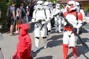 Die große Parade der fast 300 Kostümträger durch den Bayern-Park. © Bayern Park