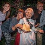 Ann-Kathrin, Marianne und Roland Mack mit Madame Freudenreich und ihrem Gugelhupf © Europa-Park Resort