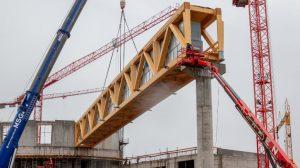 Der 500 Tonnen schwere Kran setzt den 50 Meter langen Holzbinder punktgenau auf die Betonstütze © Europa-Park Resort