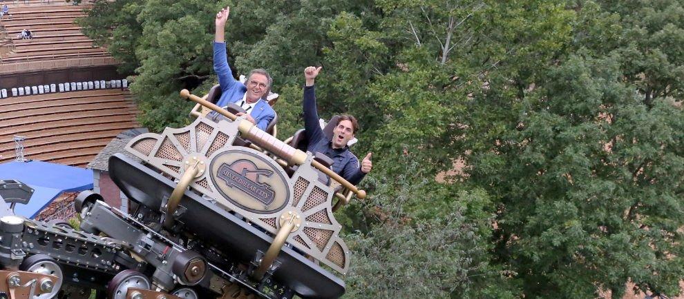"""Roland und Thomas Mack testen die neue Achterbahn """"Time Traveler"""" aus dem Stammhaus Mack Rides, welche im März 2018 in """"Silver Dollar City"""" eröffnete. © Europa-Park Resort"""