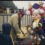 1999 Vorstandsvorsitzender Ronald van der Zijl und Pardoes öffnen die Tore zur ersten Winter-Efteling © Efteling
