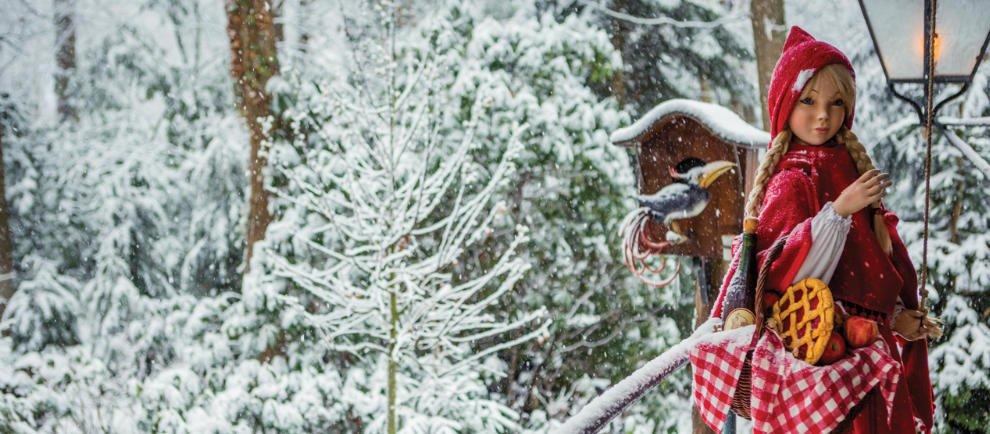 Im Märchenwald hat Rotkäppchen sich einen warmen Mantel angezogen © Efteling