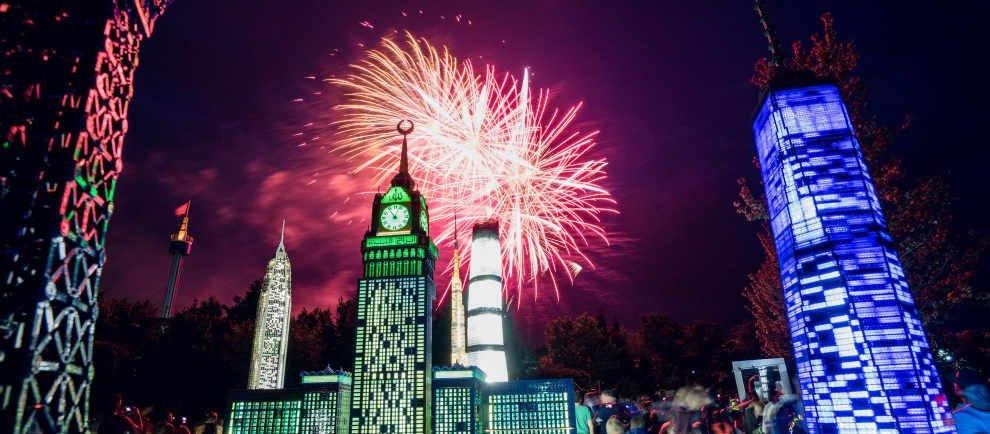 Zum großen Finale jeder Langen Nacht erleuchtet gegen 22 Uhr eine unvergessliche Musik-Feuerwerksshow den Himmel über dem LEGOLAND Deutschland. © Legoland Deutschland