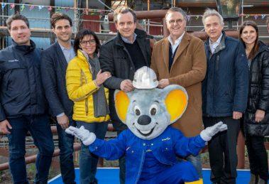 Die Europa-Park Inhaberfamilie Mack freut sich mit ihren Mitarbeitern und Ed Euromaus auf die Eröffnung des beliebten Themenbereichs © Europa-Park Resort