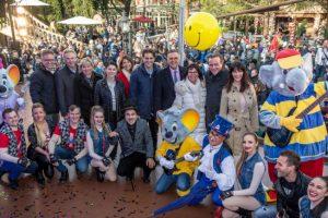 Tausende Besucher fiebern dem Saisonstart mit der Inhaberfamilie Mack entgegen © Europa-Park Resort