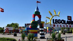 Der Eingang vom Legoland Billund mit vielen bunten Legosteinen und dem großen Legoland Schriftzug über dem Eingang.