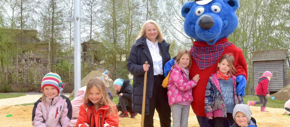 Siglinde Nowack, Geschäftsführerin des Ravensburger Spielelands, Käpt´n Blaubär und die kleinen Besucher freuen sich über die neue Activity World. © Ravensburger Spieleland