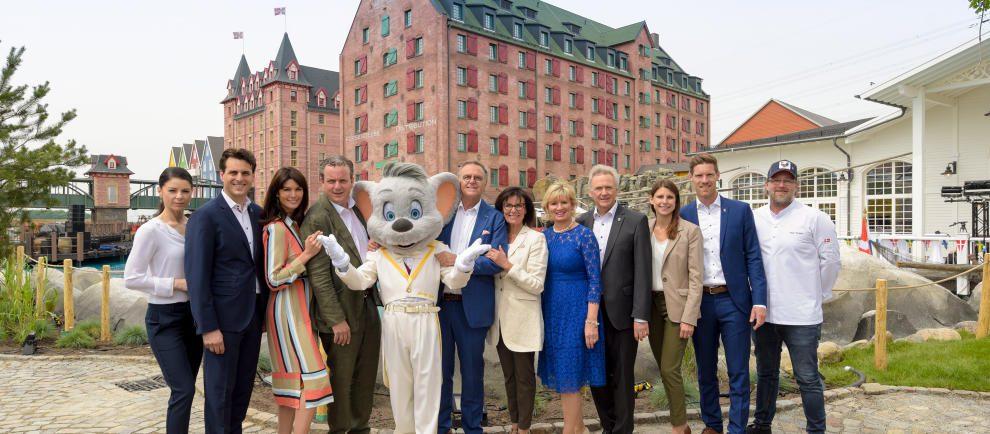 """Die Inhaberfamilie Mack zusammen mit TV-Koch Brian Bojsen (rechts außen) vor dem Hotel """"Krønasår"""" © Europa-Park Resort"""