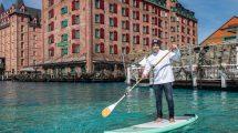 Brian Bojsen macht auch beim Stand Up Paddling auf dem See des neuen 4-Sterne Superior Hotels eine gute Figur. © Europa-Park Resort