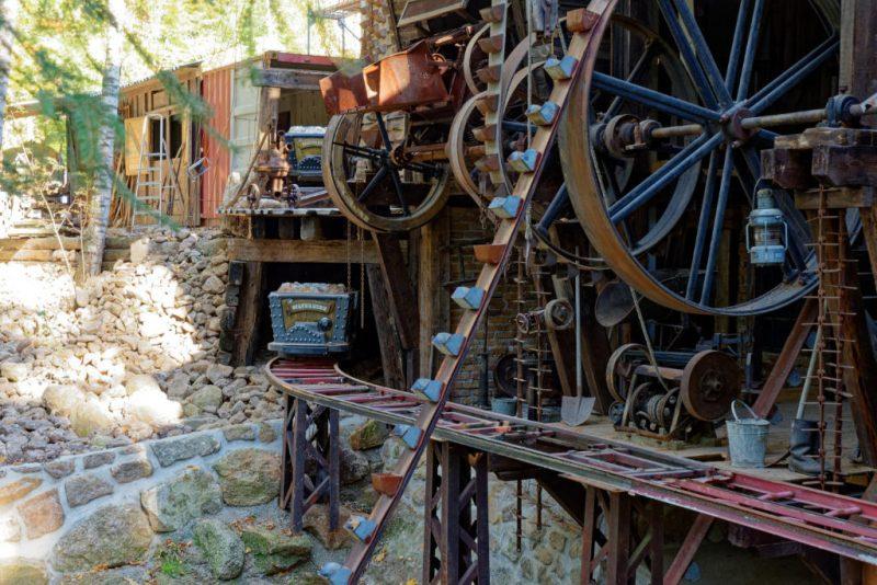"""Hier sieht man ein Stück der ehemaligen """"Silver Mine"""" Schiene samt Zug © Mike Rimpl / ThemePark-Central.de"""