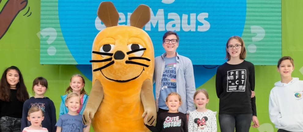 """Die """"Sendung mit der Maus""""-Stars Ralph Caspers und die Maus beantworten in einer multimedialen Show einige der im Vorfeld eingereichten Kinderfragen. © Ravensburger Spieleland"""