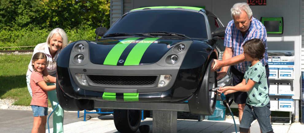 Groß und Klein packen beim Reifenwechsel mit an © Ravensburger Spieleland