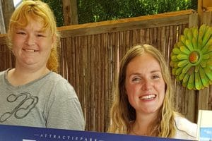 Die glückliche Gewinnerin der 18 Jahre Jahreskarte © Toverland
