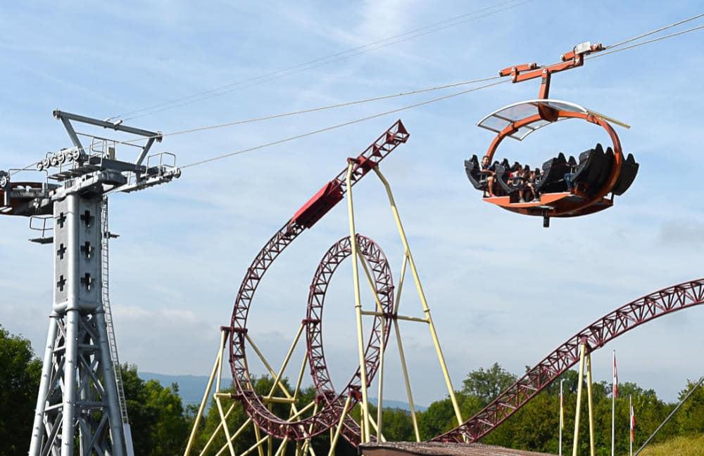 """Die Seilbahn im Vordergrund und im Hintergrund die Looping Achterbahn """"Cobra"""" © Connyland"""