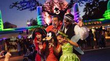 Eine Familie lässt sich vor dem Eingang von einem Fotograf fotografieren. Im Hintergrund sieht man die Disney Figur Oogie Boogie.