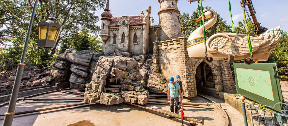 Noch ist der Schlossgraben leer, bald strömen hier 75.000 Liter Wasser. © Efteling