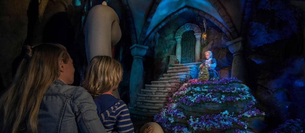 Besucher können das neue Märchen auf dem Rücken einer der Schwäne erleben © Efteling