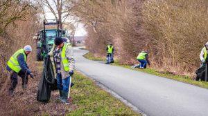 Karls-Mitarbeiter sammeln Müll © Karls Erlebnis-Dorf