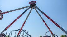 "Harley lässt den Hammer hoch schwingen auf ""Harley Quinn Spinsanity"" © Six Flags America"