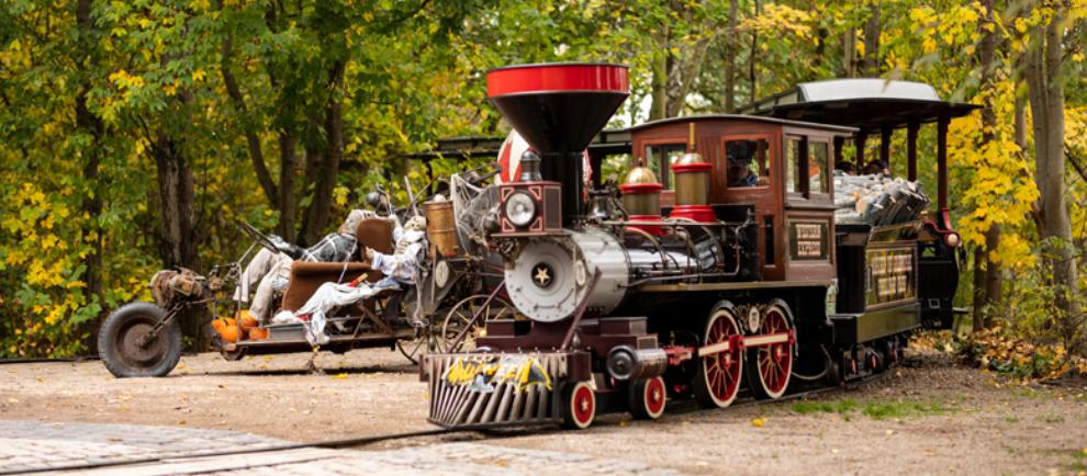 """Nicht nur der Freizeitpark ist herbstlich geschmückt, auch Attraktionen wie der """"Western Express"""" erstrahlen im herbstlichen Gewand. © Freizeitpark Plohn"""