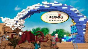 Eine bunte Lego Welle am Eingang, stimmt auf das bevorstehende Erlebnis ein.