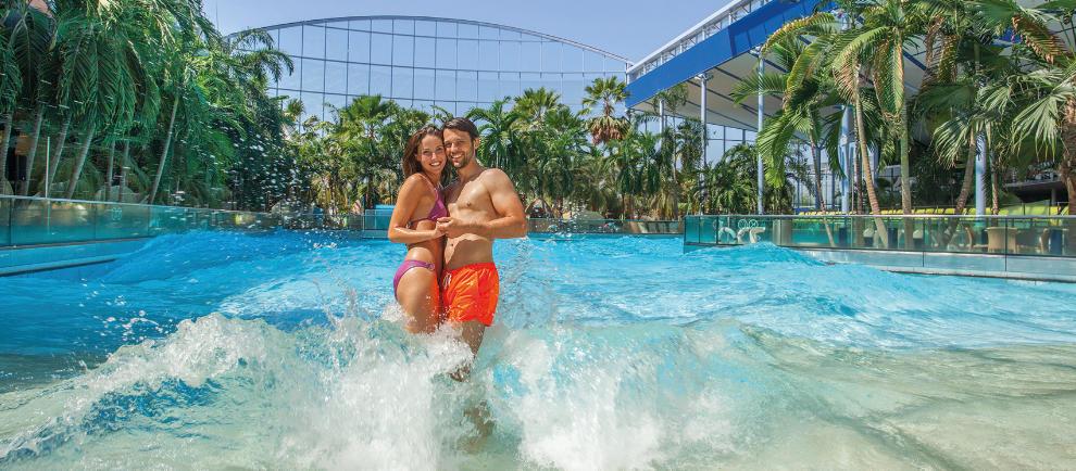Tropisches Flair genießen und im Wellenbad baden © Therme Erding