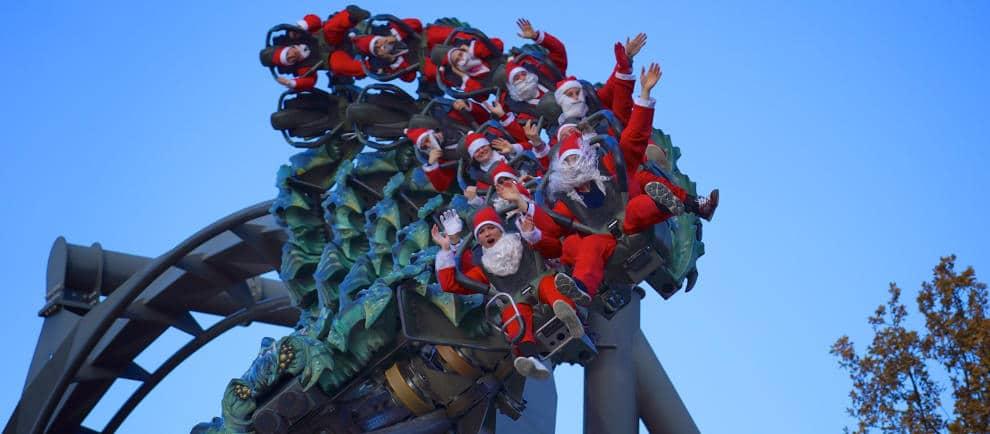 Selbst die Weihnachtsmänner kommen zum Gardaland Magic Winter um Raptor zu fahren © Gardaland