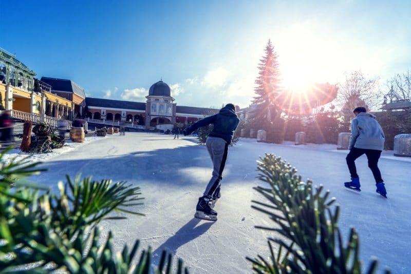 Mitten im Park befindet sich die große Eislaufbahn © Phantasialand