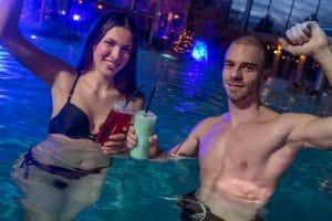 "Die Pool-Bar ""Tempel Krog"" verwöhnt die Gäste mit leckeren Cocktails. © Rulantica"