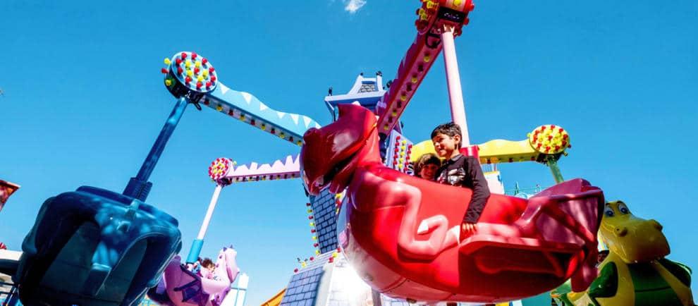 In freundlichen Drachen durch die Lüfte fliegen © EOS Rides