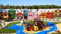 Für das vollständige Freibeutererlebnis lässt sich im Pirateninsel Hotel im LEGOLAND Feriendorf sogar der Blick aufs Piratenschiff oder ein authentischer Piratenschmaus dazu buchen. © Legoland Deutschland Resort