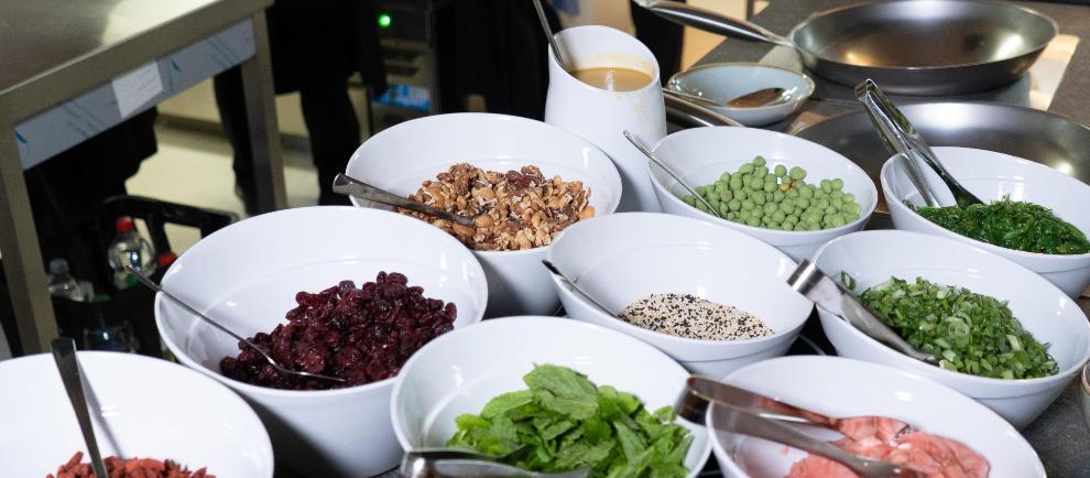 Eine große Auswahl frischer Zutaten erwartet die Gäste – von Gemüse und Fleisch bis hin zu Erdnüssen, Sesam, Ingwer und leckeren Saucen. © Europa-Park Resort